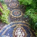 Alee cu mozaic multicolor