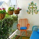 Balcon cu multe plante si flori