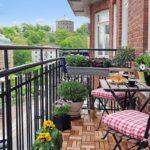 Balcon cu plante si flori