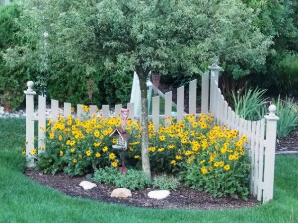 Colt de gradina cu flori si copaci