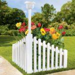 Colt de gradina cu flori si felinar