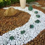 Decoratiune gradina din pietre multicolore