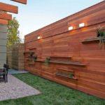 Gard din lemn cu suport de flori