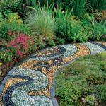 Gradina cu alee de mozaic din pietre