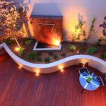 Gradina cu moderna cu terasa din lemn