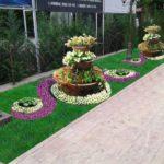 Gradina cu ronduri de flori multicolore