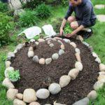 Gradina inaltata in spirala din pietre