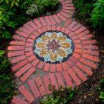 Mozaic gradina cu caramizi si pietre