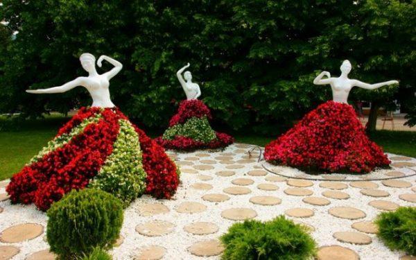 Rochii din flori pentru statui