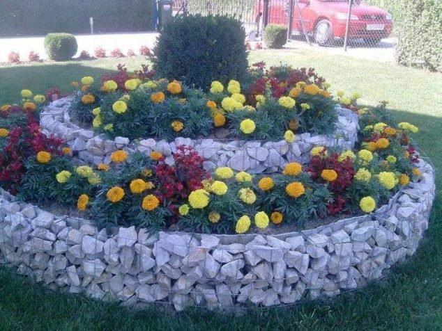 Strat de flori inaltat din gabioane
