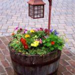 Suport flori dintr-un butoi de lemn
