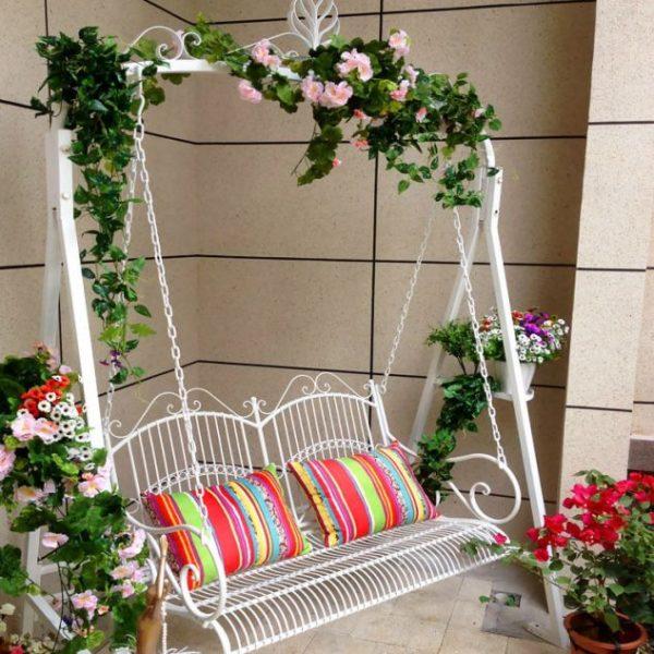 Balansoar decorat cu flori