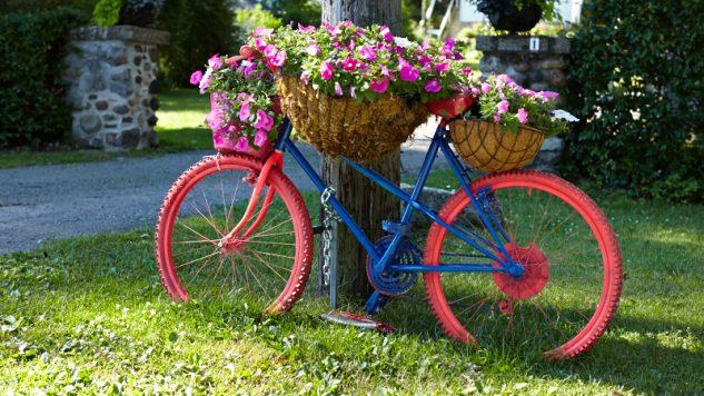 Bicicleta colorata suport de flori