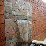 Cascada din piatra pe zid
