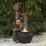 Cascada din vase de metal