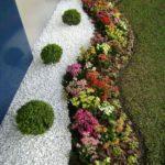 Decor de toamna cu flori arbusti si pietris