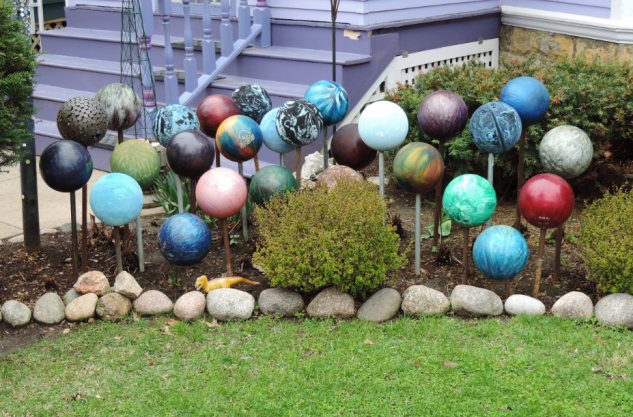 Decor gradina cu mingi colorate