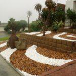 Decor gradina cu pietre multicolore