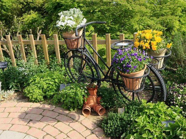 Decoratiune cu flori colorate si bicicleta