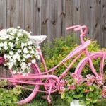 Decoratiune de gradina cu bicicleta roz