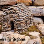Decoratiune gradina in forma de casa din pietre de rau