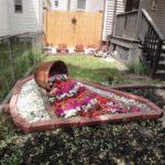 Decoratiune gradina in forma de vas varsat cu flori
