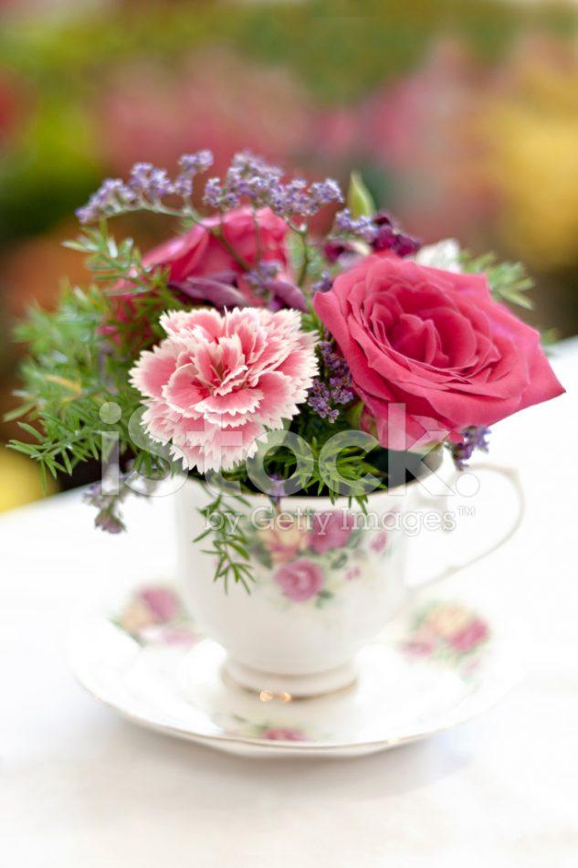 Flori colorate in cani de cafea