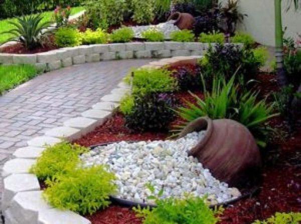 Gradina cu decoratiuni si plante