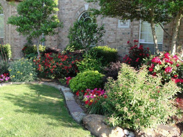 Gradina cu flori si arbusti