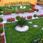 Gradina cu gazon si straturi de flori