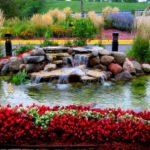 Gradina cu lac si flori