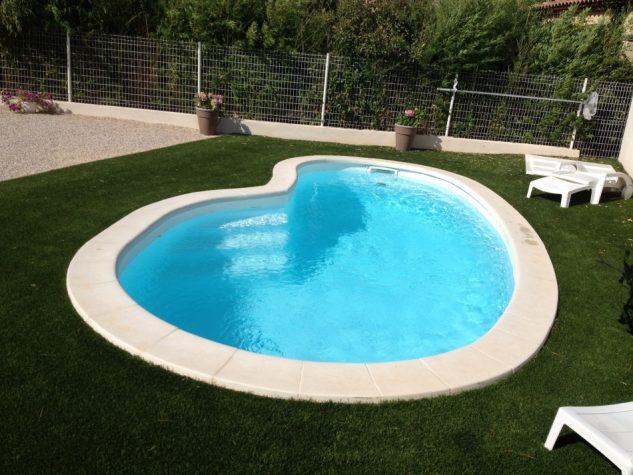 Gradina cu piscina si gazon