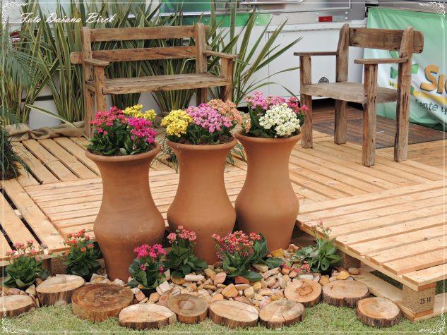 Gradina decorata cu vase de lut