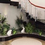 Gradina langa scari cu plante si decoratiuni