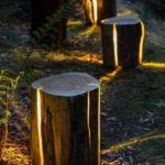 Iluminare gradina cu trunchiuri de copaci
