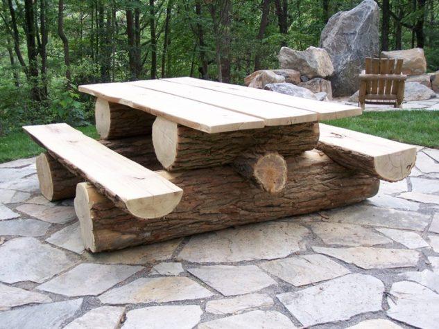 Masa si banci din trunchiuri de copaci