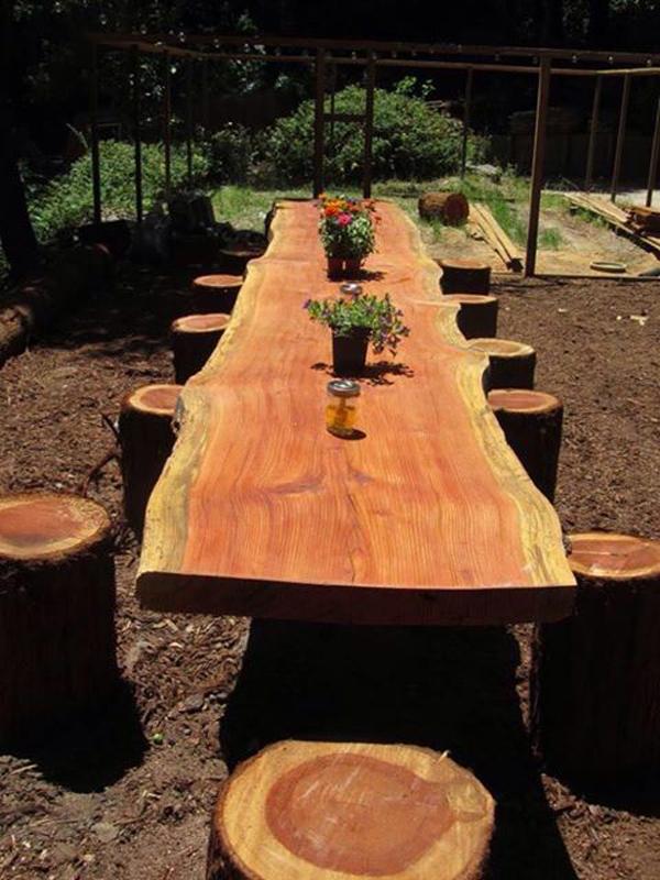 Masa si scaune din trunchiuri de copaci