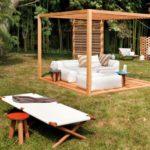 Pergola mica cu terasa de lemn