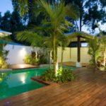 Piscina cu terasa de lemn