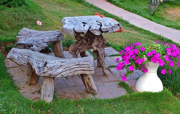 Scaune din lemn din trunchiuri de copaci