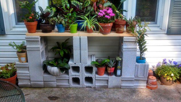 Suport de flori pentru terasa din caramizi