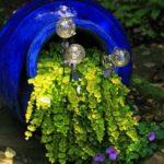 Vas de sticla varsat cu flori