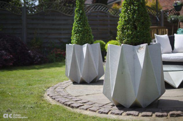 Vase din ciment cu design interesat