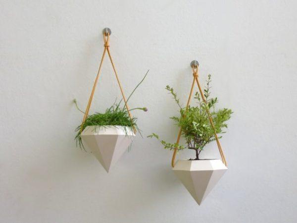 Vase mici de flori agatate de perete