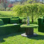 Canapea si fotoliu acoperite cu iarba