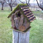 Casuta pasari cu decoratiuni naturale