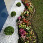 Decor gradina cu pietris alb si flori