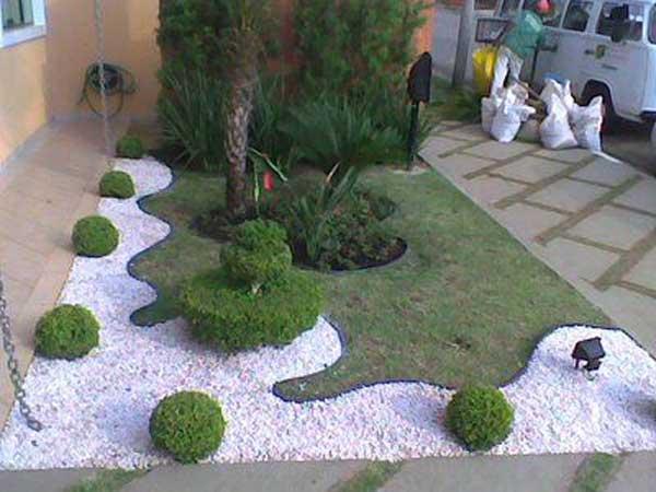 Decoratiune gradina cu arbusti si pietris alb