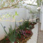 Decoratiune gradina mica cu pietris alb
