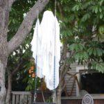 Fantome in copaci de Halloween